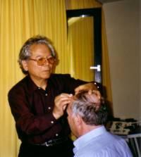 Dr. Yamamoto bei der Behandlung eines schlaganfallpatienten an der Universität Bonn.
